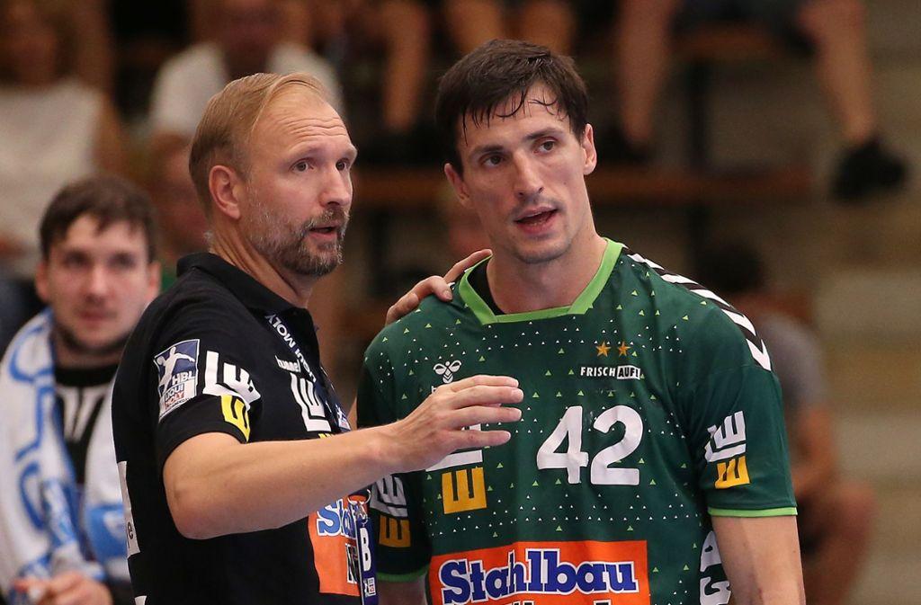 Trainer Hartmut Mayerhoffer (li.) und sein Rückraumspieler Nemanja Zelenovic: Der Linkshänder half als Spielmacher aus – und warf neun Tore. Foto: Baumann