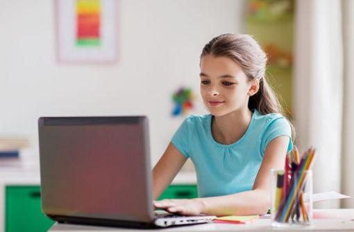 Die Realschülerin muss am PC im Jugendtreff lernen