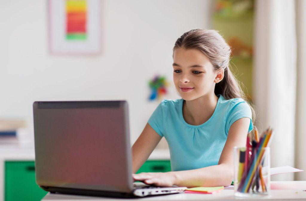 Endlich zuhause ungestört die Referate schreiben, das wünscht sich die 15-jährige (Symbolbild). Foto: Syda Productions - stock.adobe.com