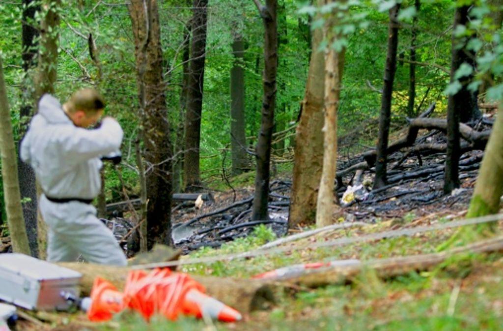 Der Hubschrauber ist total ausgebrannt, die Helfer können  die Insassen nur noch tot bergen. Foto: