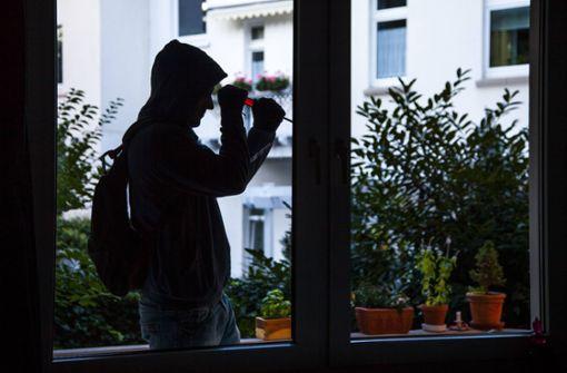 Ein Paar begegnet in ihrer Wohnung einem Einbrecher