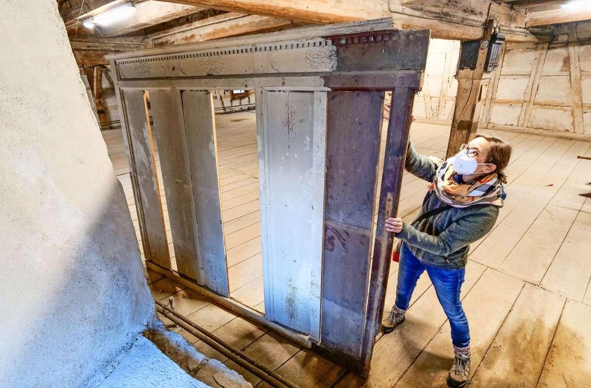 War das ein Schrank, eine Holzvertäfelung oder sonst was? Im Stadtarchiv herrscht Rätselraten. Foto: Simon Granville