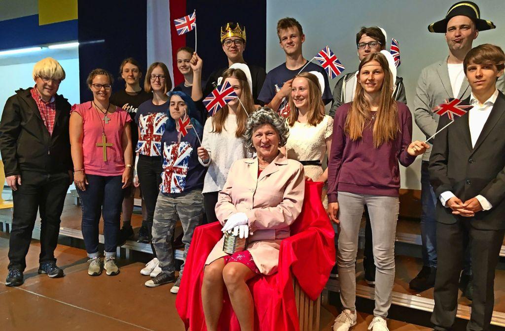 Gruppenbild mit Queen: Marc Schmelzle (2.v.re.) und die Akteure versprechen ein kurios-schrilles, musikalisches Feuerwerk. Foto: Linsenmann