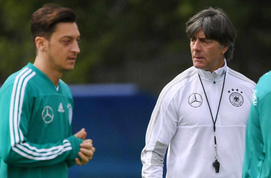DFB-Trainer Joachim Löw sieht nach der Erdogan-Affäre keine Probleme bei der Personalie Mesut Özil. Foto: dpa