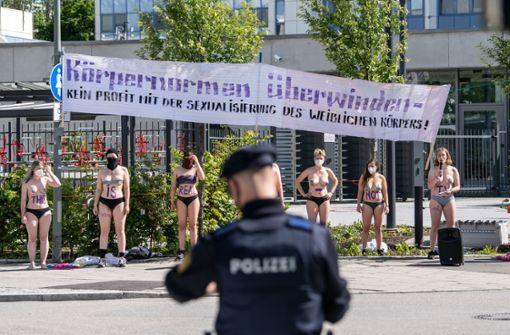 """Halbnackte Frauen demonstrieren gegen """"Germany's Next Topmodel"""""""