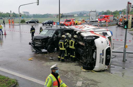 Rettungswagen stößt mit Auto zusammen – mehrere Verletzte
