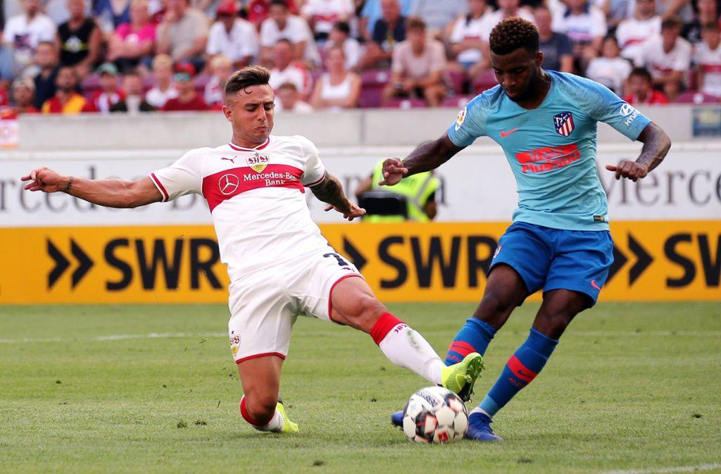 Einer der drei teuersten Transfers dieses Sommers im Duell mit dem teuersten VfB-Transfer: Thomas Lemar von Atlético Madrid (rechts) gegen den Neu-Stuttgarter Pablo Maffeo. Foto: Baumann