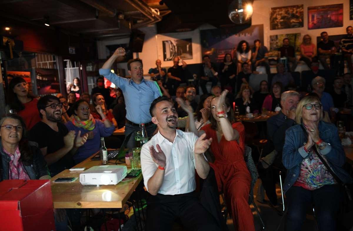 Jubel über das gute Ergebnis: Es war nicht das einzige Mal, dass die Stuttgarter Sozialdemokraten am Sonntagabend die Arme in die Höhe reckten. Foto: Lichtgut/Leif Piechowski