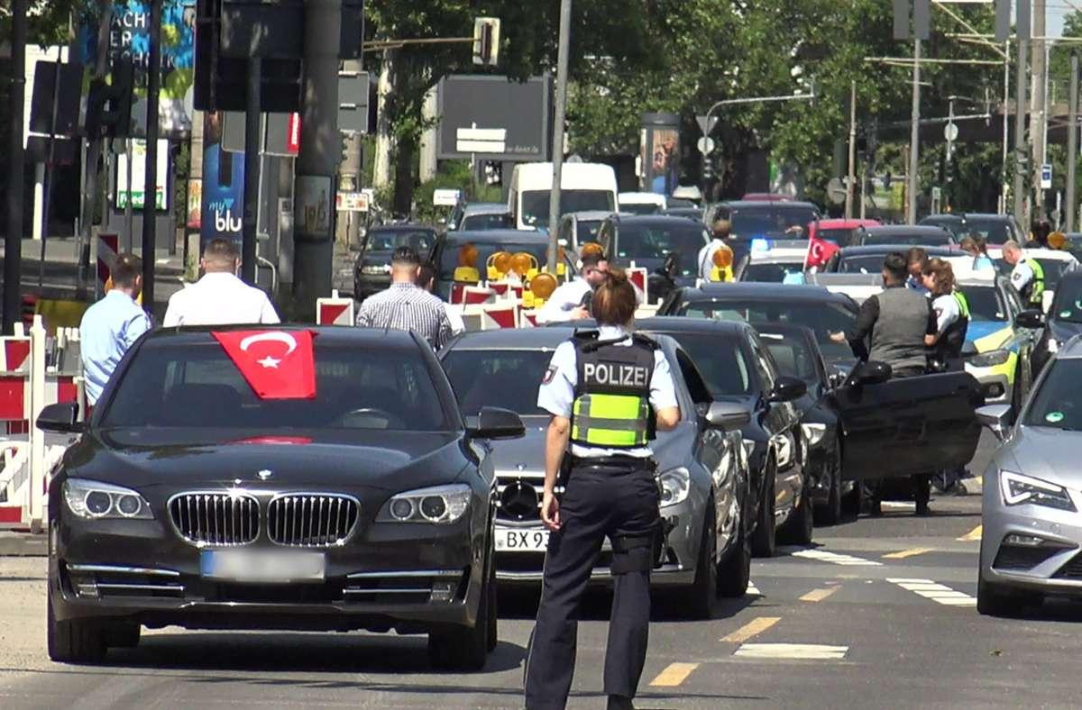 Die Polizei stoppt einen türkischen Hochzeitskorso in Köln. Auch in anderen deutschen Städten und sogar auf Autobahnen haben türkische  Festgesellschaften in den vergangenen Monaten  viel Aufsehen erregt – jetzt wird ein Fall aus Ludwigsburg vor Gericht verhandelt. Foto: dpa/Thomas Kraus