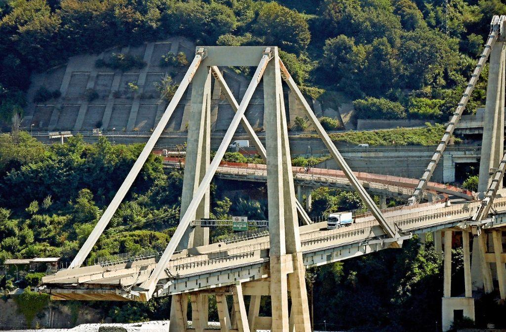 Blick auf Überreste der Morandi-Brücke in Genua. Der letzte  Lastwagen auf dem Viadukt wurde erst vergangene Woche abgeschleppt. Foto: dpa