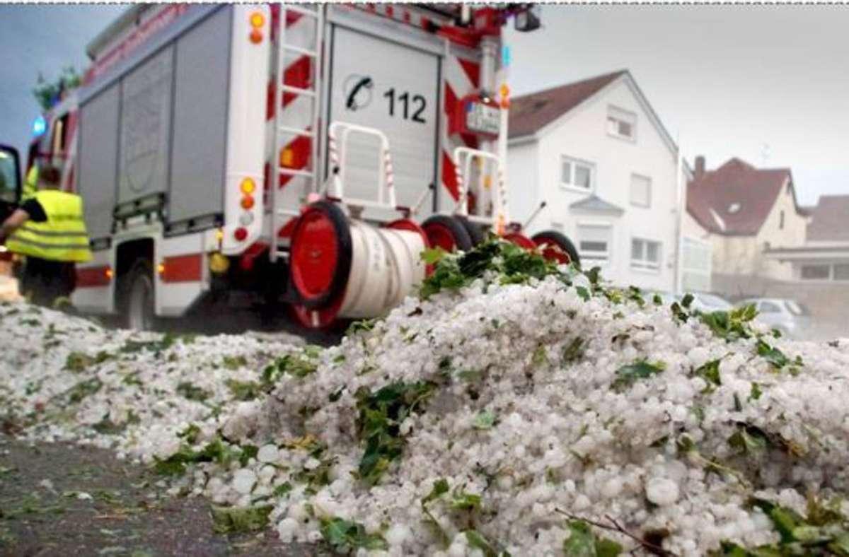 Die Rettungskräfte waren  am Mittwoch vor allem im Kreis Esslingen im Dauereinsatz – teilweise türmten sich die Hagelkörner auf den Straßen. Kirchheim hat es besonders heftig getroffen. Foto: SDMG