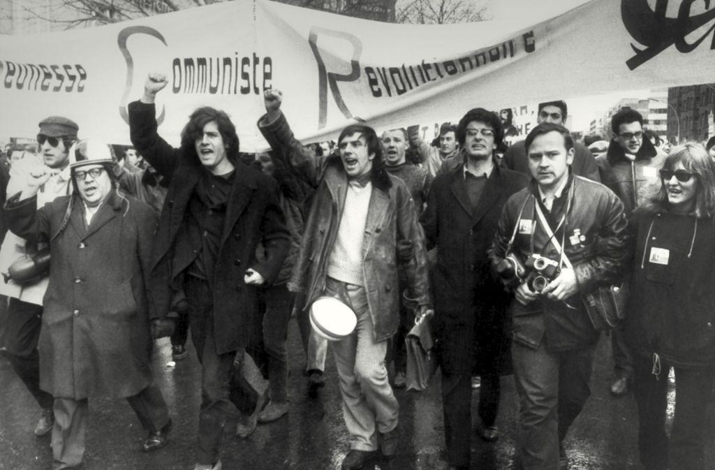 Rudi Dutschke (Mitte) und der  Lyriker Erich Fried (links) marschieren an der Spitze einer Demonstration gegen den Vietnamkrieg. Foto: dpa