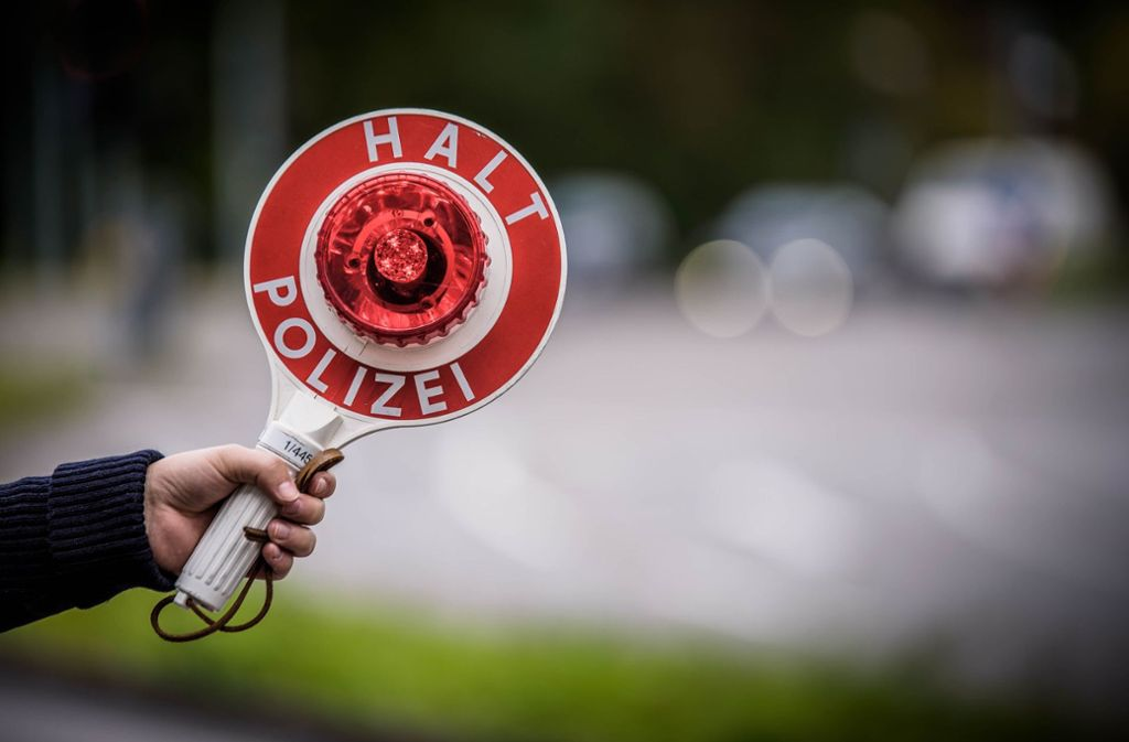 In Mühlhausen am Kreisverkehr kontrolliert die Polizei die Geschwindigkeit herankommender Fahrzeuge (Symbolbild). Foto: Phillip Weingand / STZN