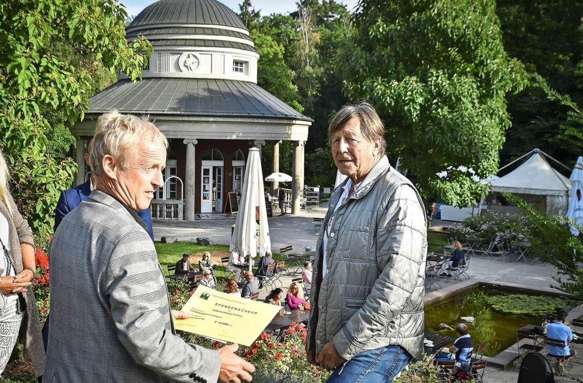 Volker Schirner (links) mit  Claus Endmann vor dem Teehaus Foto: Lichtgut/Ferdinando Iannone