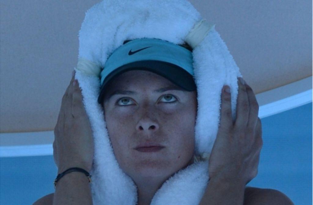 Kühlung, endlich Kühlung: auch der Russin Maria Scharapowa ist es in Melbourne zu heiß. Foto: AFP
