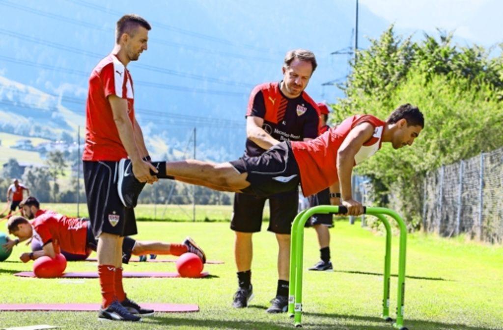 Beim Krafttraining bekommen Vedad Ibisevic (links) und  Mohammed Abdellaoue Nachhilfe von Alexander Zorniger – im Spiel jedoch hat der neue VfB-Trainer keine Verwendung für die beiden Stürmerund setzt lieber auf den Neuzugang Jan Kliment . Foto: Baumann