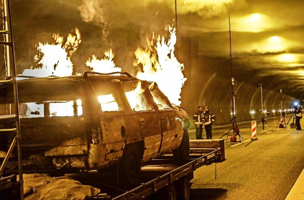 Mit Brandversuchen im Engelbergtunnel  wurde getestet, ob die im Simulator erhaltenen Erkenntnisse     aus fast 1000 Szenarien in die Betriebstechnik   eingespielt werden können. Foto: SDMG