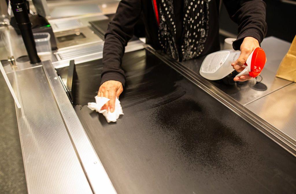 Supermarkt-Mitarbeiter können derzeit nicht ausreichend mit Desinfektionsmittel versorgt werden. Foto: dpa/Philipp von Ditfurth