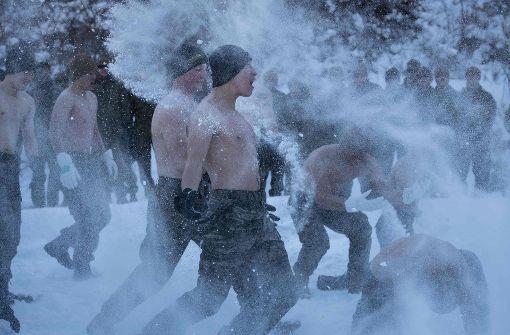 Halbnackte Soldaten im Schnee