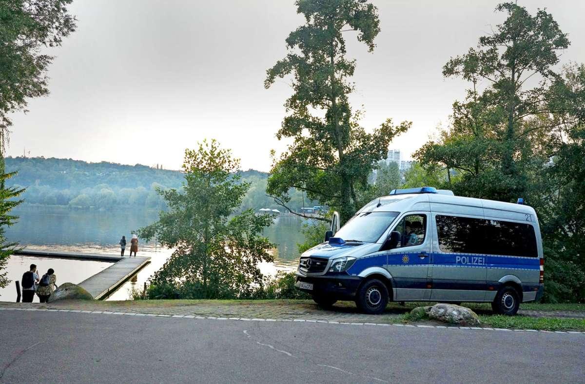 Die Polizei hat am Samstag das Verweilverbot am Max-Eyth-See kontrolliert. Foto: Andreas Rosar