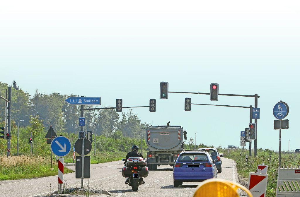 Die Linksabbiegerspur auf die A8 ist seit Dienstag gesperrt. Sie soll wegen des großen Rückstaus verlängert werden. Foto: factum/Bach