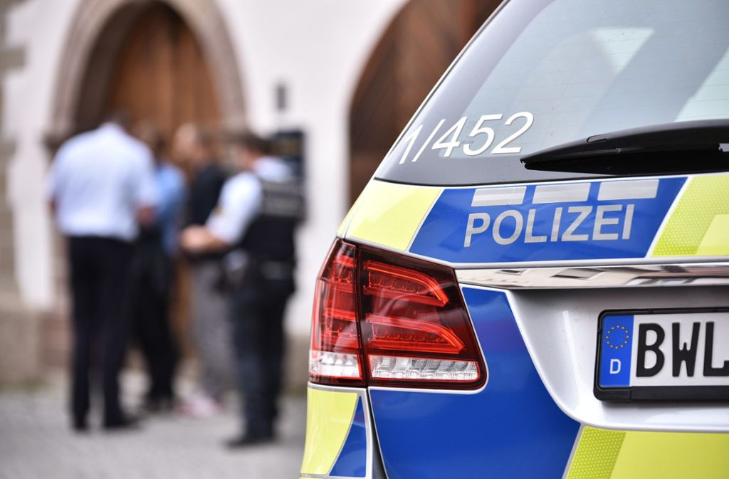 Hier im Symbolbild: echte Polizisten. Eine Frau in Ludwigsburg hingegen ist auf falsche Polizisten hereingefallen. Foto: Weingand / STZN