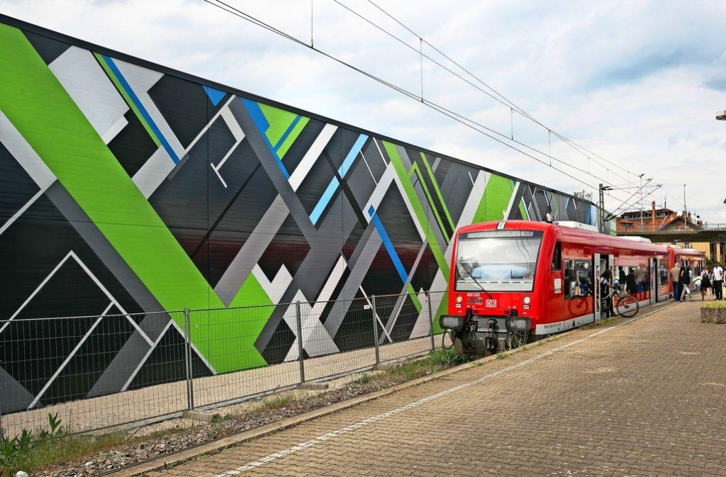 Die bunte Fassade  wertet das Wendlinger Stadtbild am Bahnhof auf. Foto: Horst Rudel