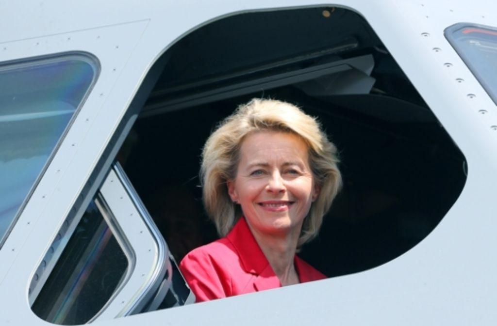 Verteidigungsministerin Ursula von der Leyen –  hier während eines Besuchs auf der Luft- und Raumfahrtausstellung (ILA) im Mai im Cockpit eines Airbus A400M – gerät in ihre schwierigste Phase. Nun muss sie  ihre Qualitäten  als Krisenmanagerin beweisen. Foto: dpa