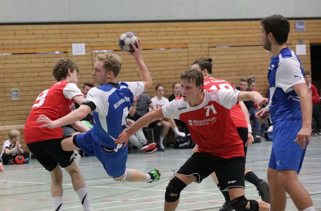 Nicht aufzuhalten: Robin Stöhr (mit Ball) wirft den HSC Schmiden/Oeffingen zum Derbysieg beim SV Fellbach. Foto: Patricia Sigerist