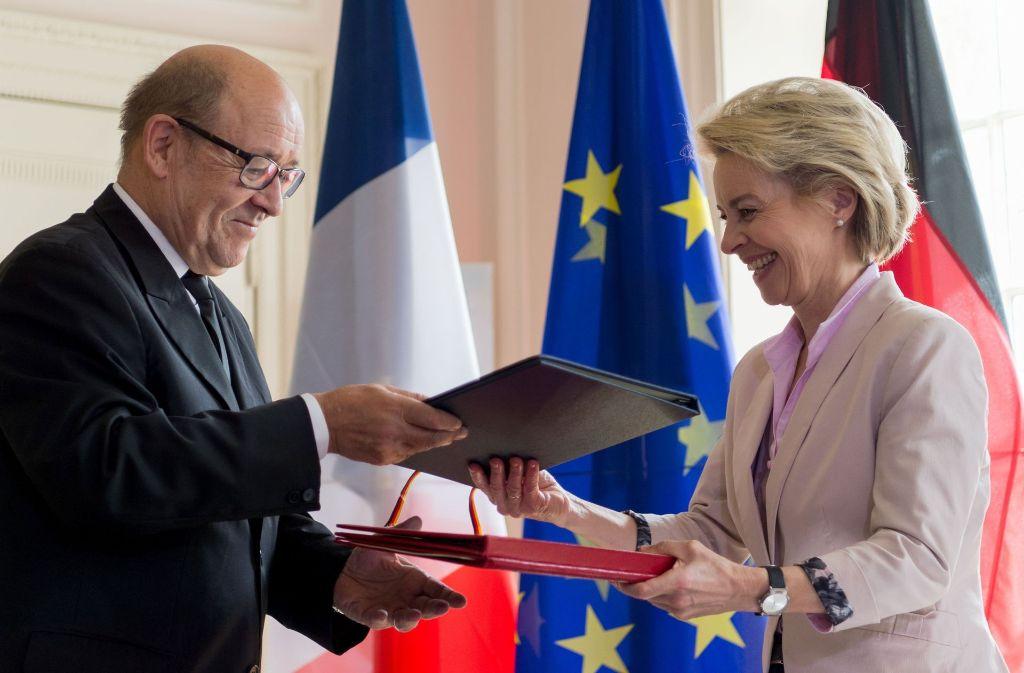 Ursula von der Leyen und ihr französischer Kollegen Jean-Yves Le Drian besiegeln das Vorhaben. Foto: dpa