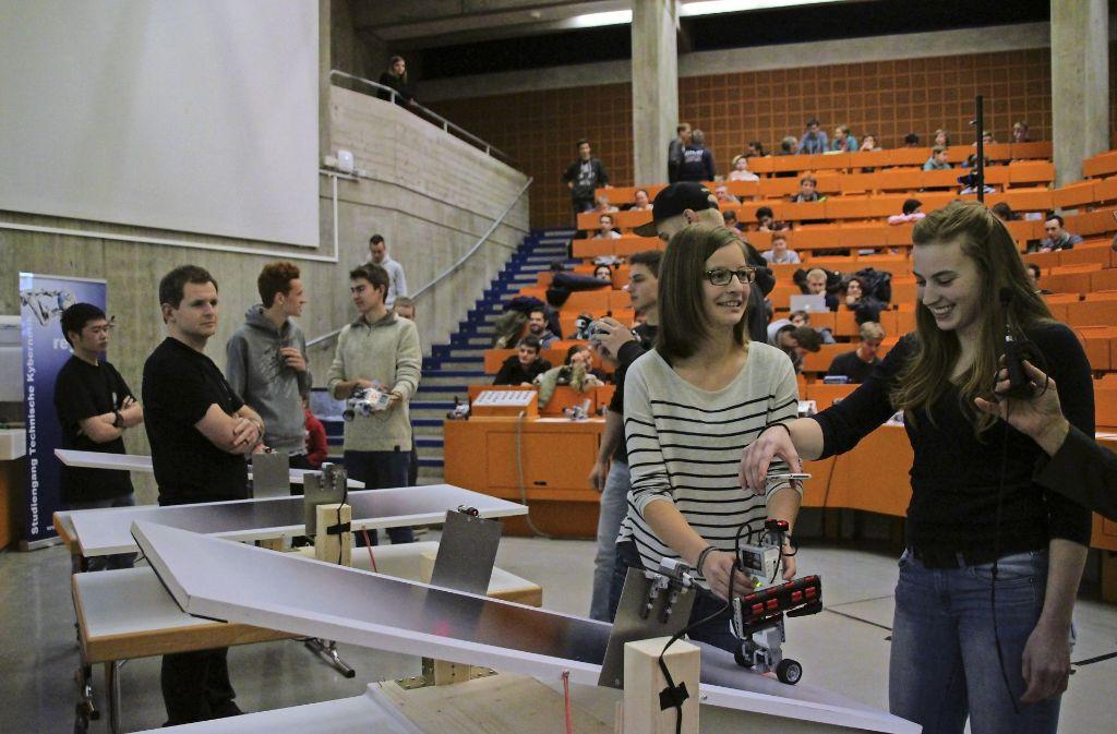 Zwei Studentinnen aus dem Team Do Fancy Stuff   bringen ihren Roboter auf der Wippe in Stellung.Foto:Universität Stuttgart Foto: