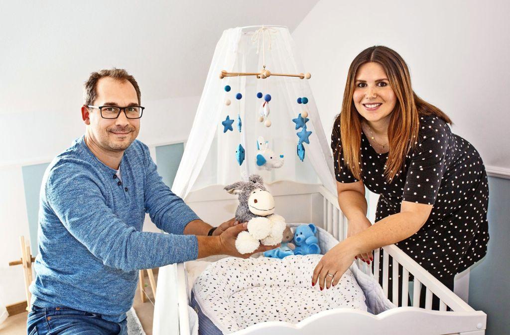Marco und Julia Klys haben ein Mobile mit Sternen aufgehängt, die sie an ihren  tot geborenen Sohn Noah erinnern. Foto: Ines Rudel