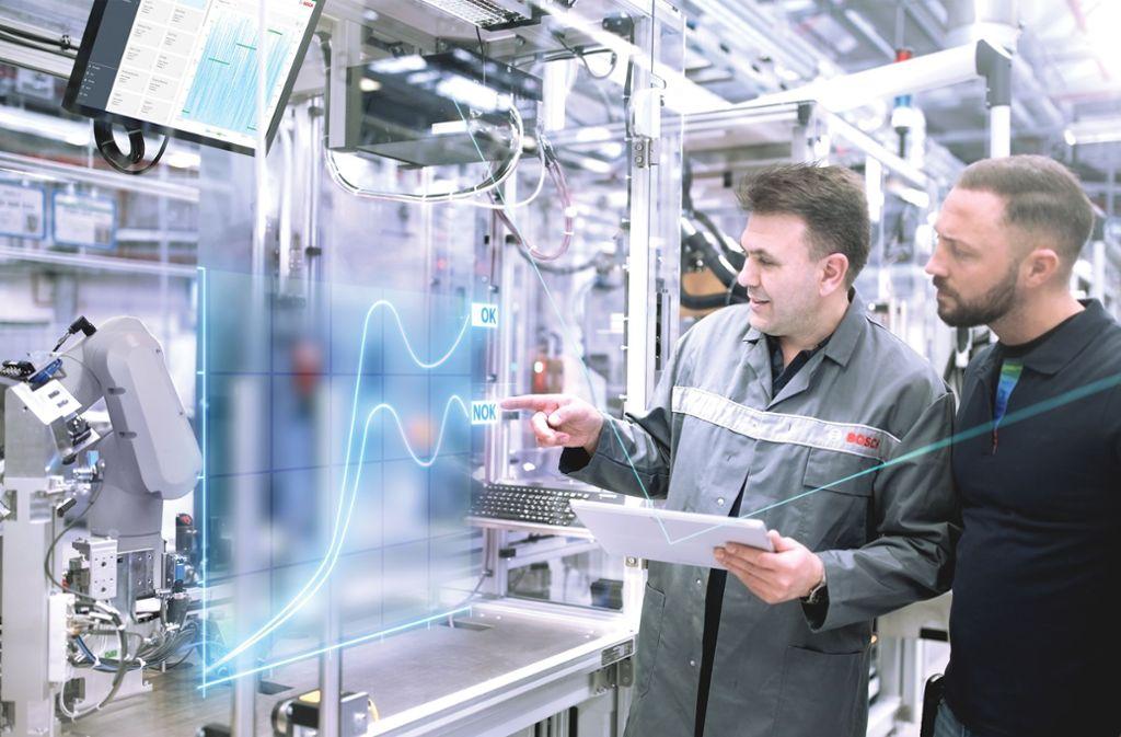 Die Vernetzung macht vieles möglich –     Bosch-Mitarbeiter im Werk in Feuerbach können Maschinen überwachen und diese vorausschauend warten. Foto: Bosch