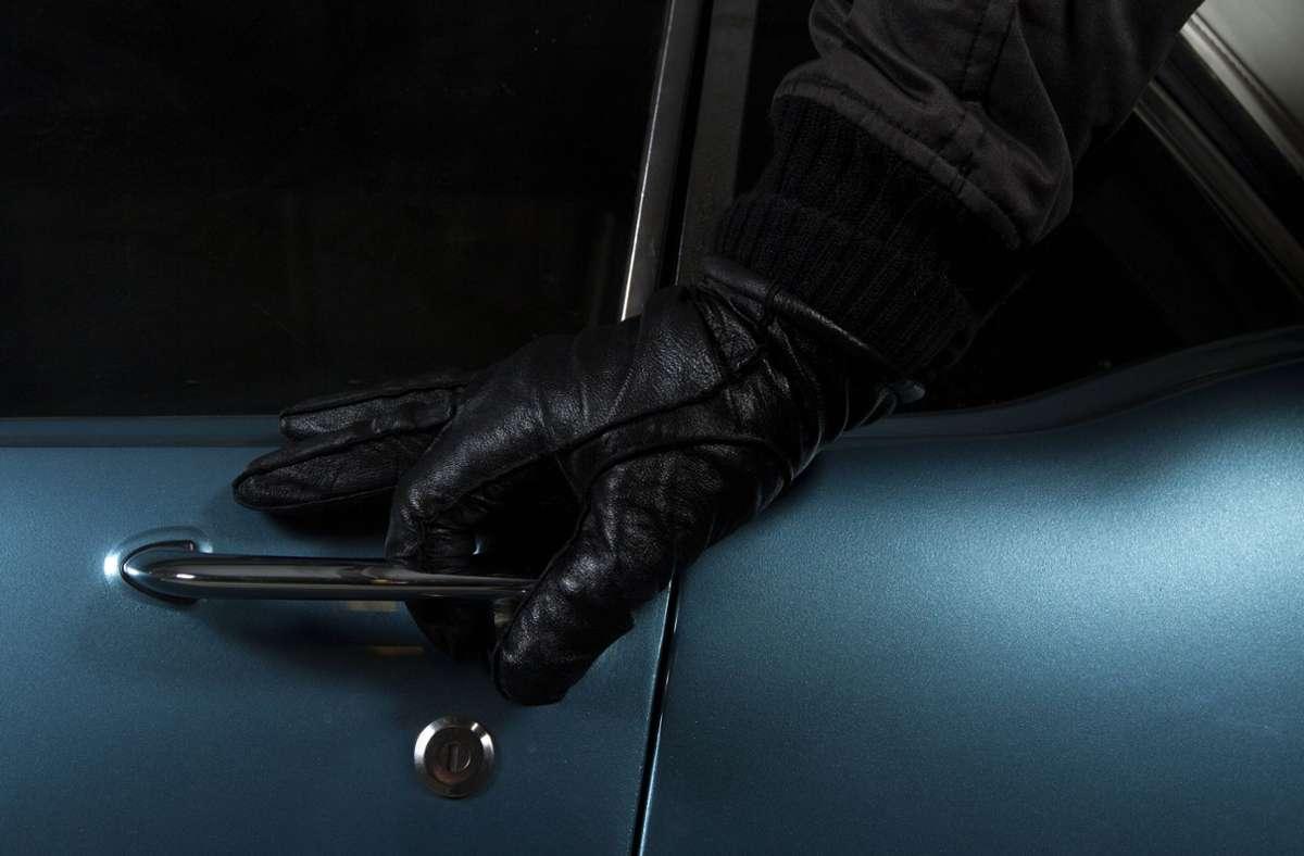 Der 21-Jährige wird verdächtigt, den Wagen gestohlen zu haben. (Symbolbild) Foto: imago images/YAY Images