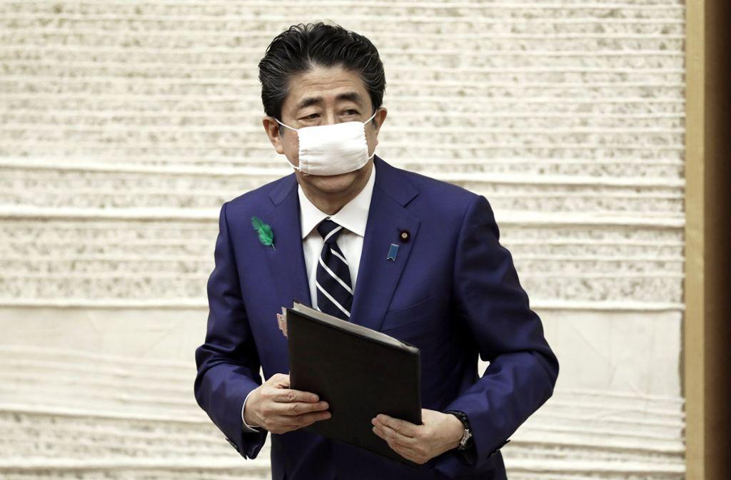 Wie Regierungschef Shinzo Abe ankündigte, sollen alle Einwohner Japans eine Zahlung in Höhe von 100.000 Yen (857 Euro) erhalten. Foto: AP/Kiyoshi Ota