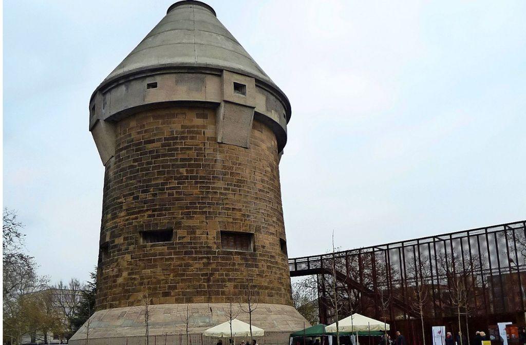 Über eine Rampe aus Stahl kommen die Besucher in den Turm, die Tür liegt in sieben Meter Höhe. Foto: Brigitte Fritz-Kador