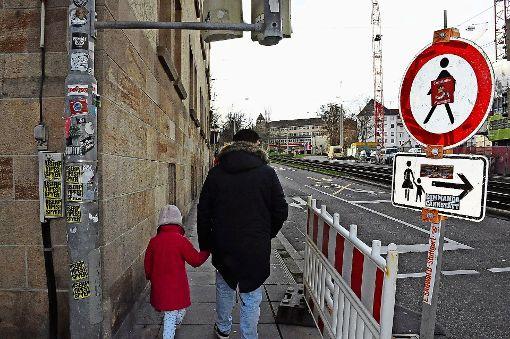 Den Fußgängerrouten Beine machen