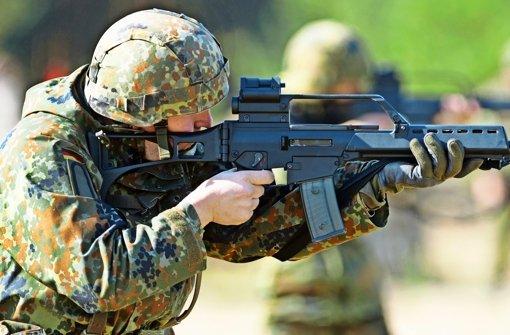 Vor zwanzig Jahren bei Heckler & Koch in Oberndorf beschafft, heute  höchst umstritten:  das Sturmgewehr G36, Nachfolger des legendären G3 Foto: dpa, Himmelheber