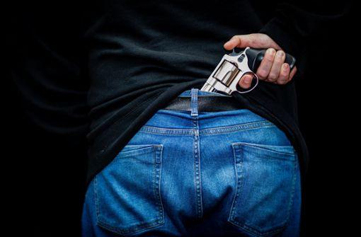 Zu wenig Abstand: Mann zieht Pistole vor Familie