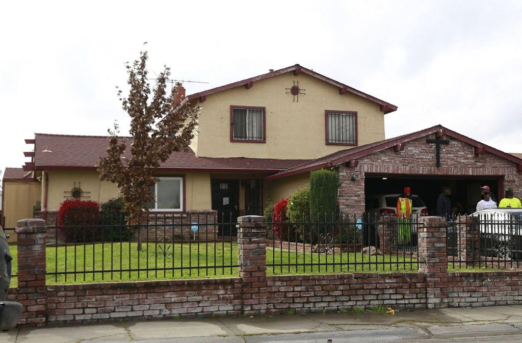 Vor diesem Haus ist ein 22-Jähriger erschossen worden. Foto: AP