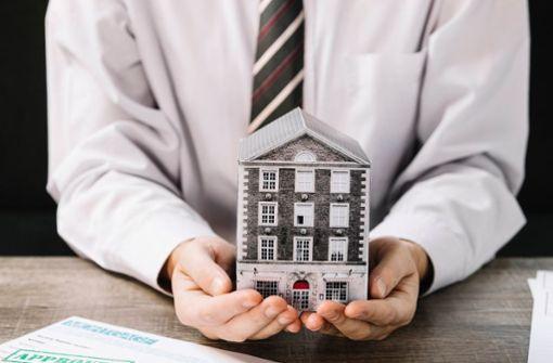 Energieausweis für jedes Gebäude: Energetische Kennwerte aus dem Energieausweis müssen bereits in den Immobilienanzeigen genannt werden. Fehlt der Energieausweis, kann ein Bußgeld drohen. Weitere Informationen zum Energieausweis finden Sie hier.