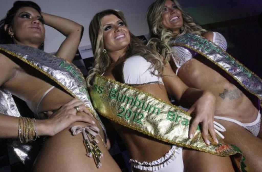 """Carine Felizardo (Mitte) hat den Titel """"Miss Bumbum 2012"""" gewonnen. Die 25-jährige Brasilianerin darf sich nun rühmen, das schönste Hinterteil des Landes ihr Eigen zu nennen. Foto: AP"""