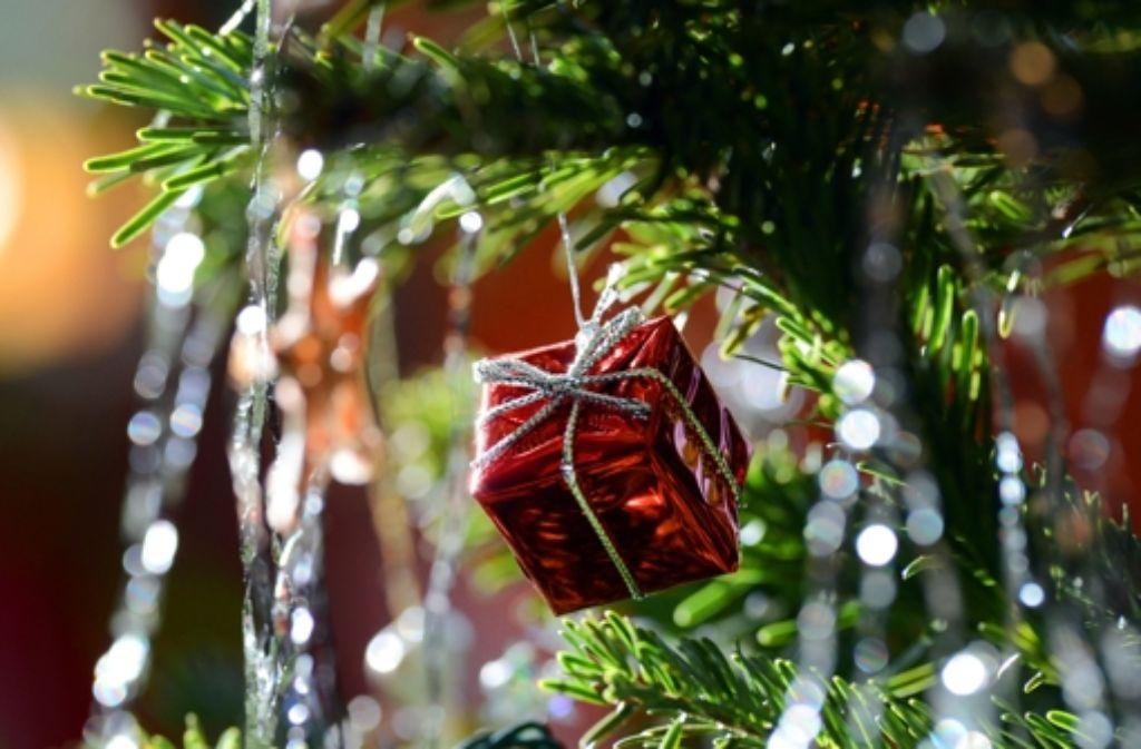 Glitzer und Bling Bling am Weihnachtsbaum übernehmen heute Lichterketten und Plastikschmuck. Lametta hängt sich kaum einer mehr an die Tanne. Foto: dpa