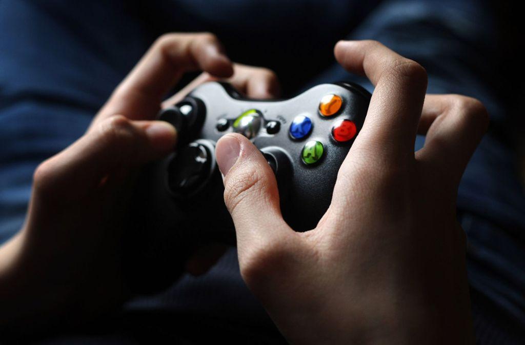Ein Jugendlicher bedient den Controller einer X-Box. Experten sind besorgt über den teils exzessiven Computerspiel- und Internetgebrauch bei Jugendlichen und jungen Erwachsenen. Foto: dpa