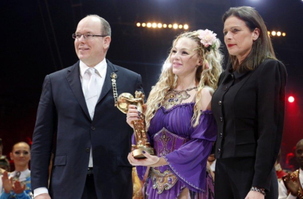 Am Dienstagabend fand die Preisverleihung beim Internationalen Zirkusfestival von Monte-Carlo statt. Prinzessin Stéphanie (rechts) und Fürst Albert überreichten dabei die goldenen, silberenen und bronzenen Clowns. Eine Gewinnerin des Goldenen Clowns war die russische Artistin Anastasia Fedotova-Stykan. Foto: dpa