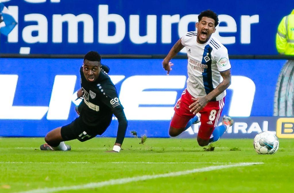 Maxime Awoudja (links) verschuldete im Ligaspiel gegen den HSV einen Elfmeter. Foto: dpa/Frank Molter