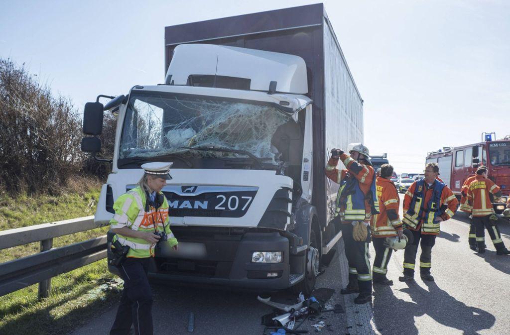 Der Lastwagenfahrer wurde auf der A81 bei einem Unfall in seiner Kabine eingeklemmt. Foto: 7aktuell.de/Frank Herlinger