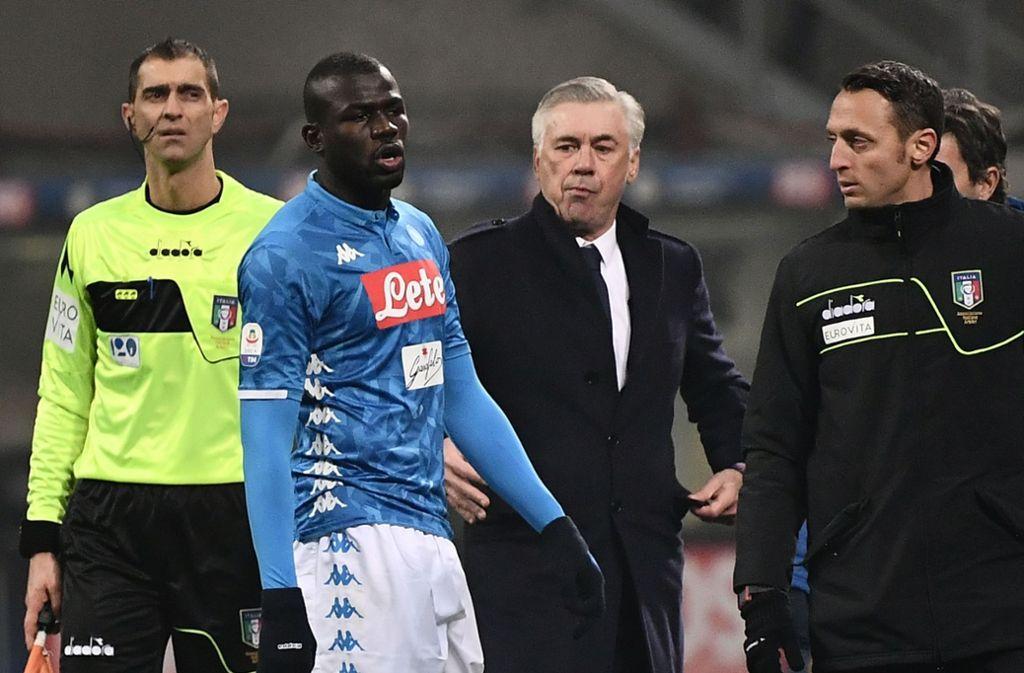 Fußballprofi Kalidou Koulibaly vom SSC Neapel und Trainer Carlo Ancelotti (beide Mitte) Foto: AFP