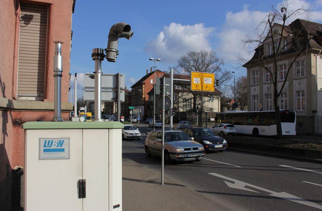 Die Messstelle an der   Friedrichstraße: Filter sollen die Luft drumherum säubern. Foto: Pascal Thiel