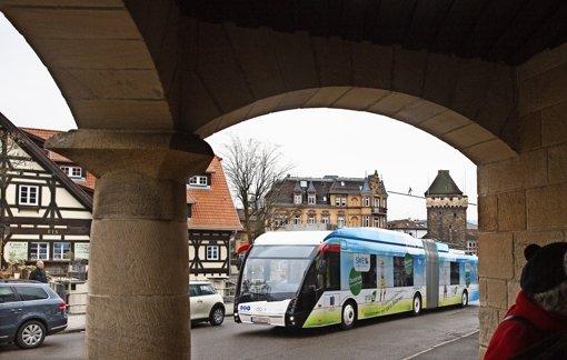 Bis zu 110  Fahrgäste kann jeder der vier Elektro-Hybrid-Busse transportieren, die mit ihrem futuristisch anmutenden Aussehen die Esslinger Straßen beleben werden. Foto: Horst Rudel